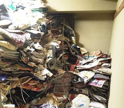 天井までゴミが溜まっている部屋
