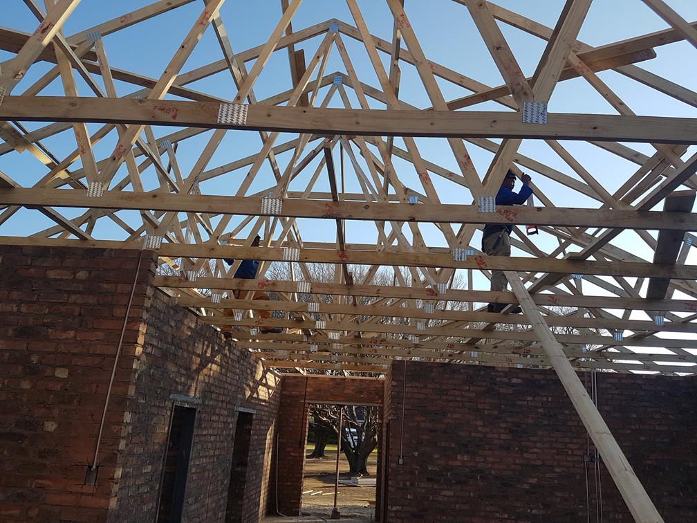 EXPOSED ROOF TRUSSES BRACING