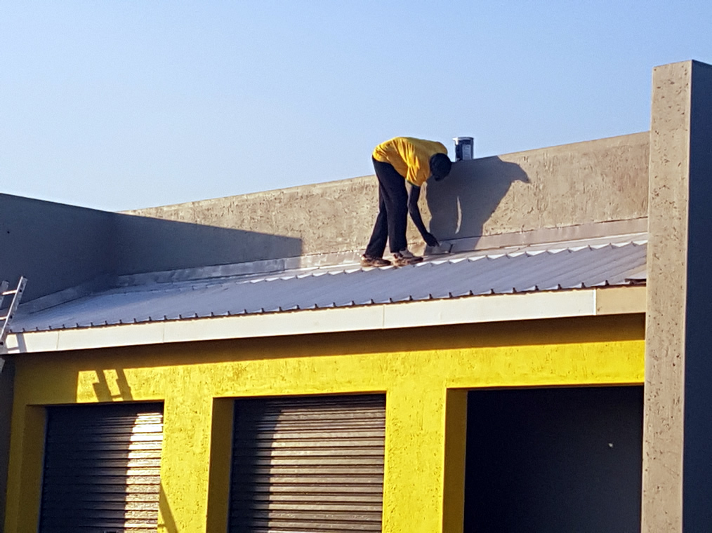 Short IBR Chromadek roof with a box gutter