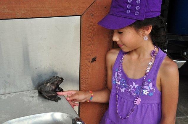 sculpture-girl-frog