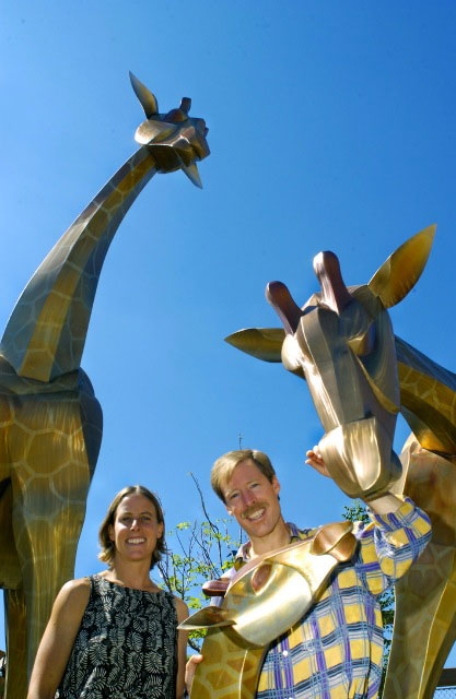 sculpture-monumental-giraffes-people