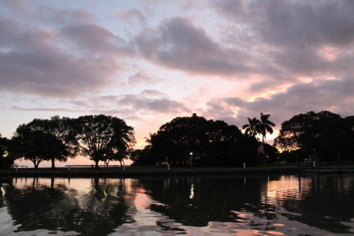 朝焼け 湖と木