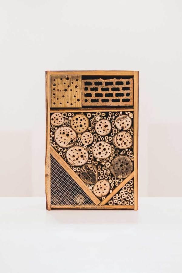 Insectenhotel, gemaakt uit lariks en bamboo. Deze nestkast is op maat gemaakt voor insecten in een bloemenweide.