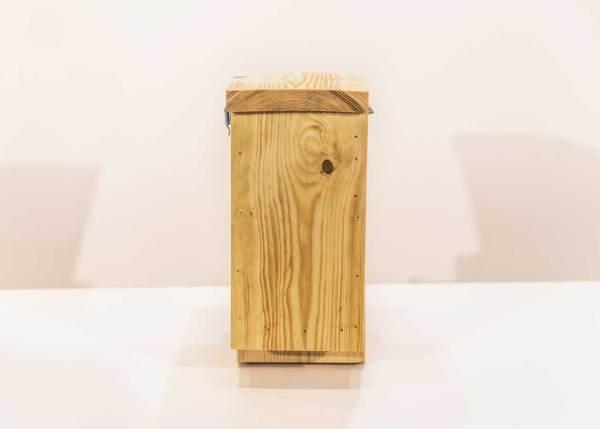 Boomklevernestkast of boomkruipernestkast, gemaakt uit lariks. Deze nestkast is op maat gemaakt voor de boomklever en boomkruiper.