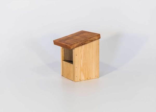 Halfopen nestkast, gemaakt uit lariks. Deze nestkast is op maat gemaakt voor grauwe vliegenvanger, roodborst en witte kwikstaart.