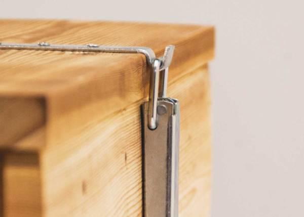 Steenuilenbak, gemaakt uit lariks. Deze nestkast is op maat gemaakt voor de steenuil.