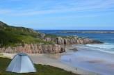 Vacaciones sostenibles acampando en playa de Ceannabeinne, Escocia