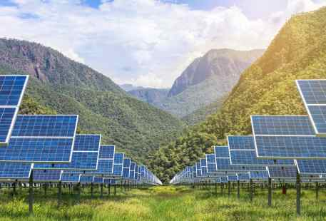 solar-panels-with-mountains-in-background