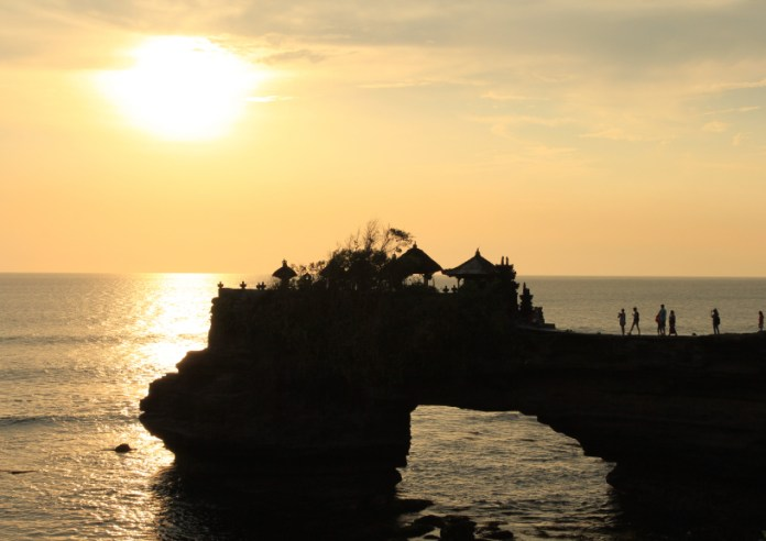 tempat wisata yang wajib dikunjungi saat berlibur ke lombok - pura batu bolong