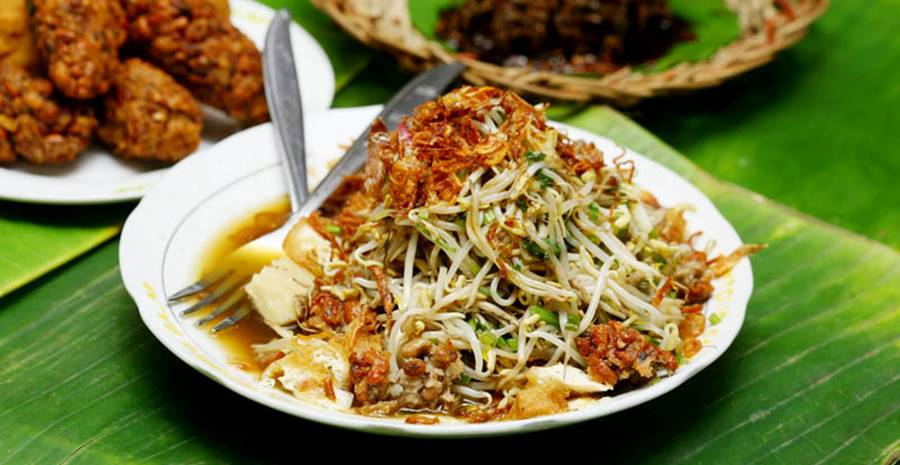 Bahan dasar makanan ini adalah berasal dari mie kuning tebal dengan diirisi daging sapi daging kambing ataupun makanan laut seperti udang dan cumi cumi yang disajikan dalam bentuk sup dengan kuah sejenis kari yang gurih serta pedas. 12 Kuliner Khas Jawa Timur Surabaya Paling Lezat Tokopedia Blog