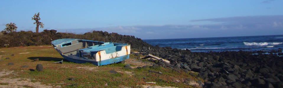 Barco viejo en la Isla Santa Fe.