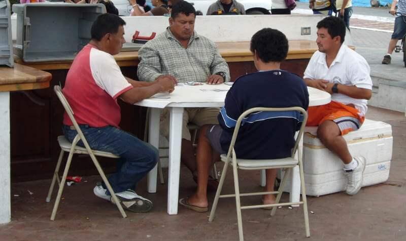 Pescadores jugando cartas.