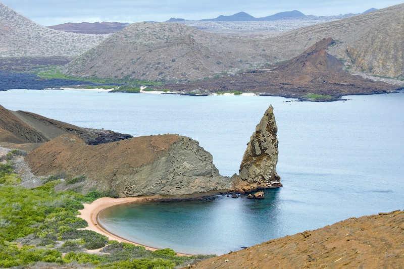 Roca Pináculo y playa en Bartolomé.