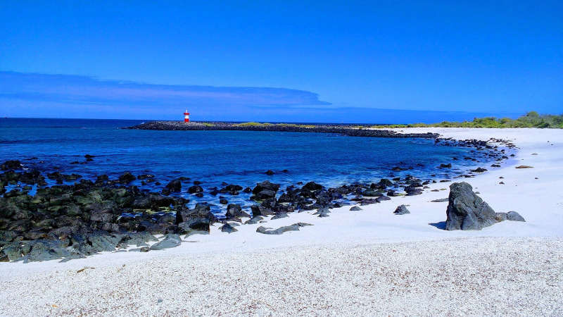 Playa y faro en la Punta Carola.