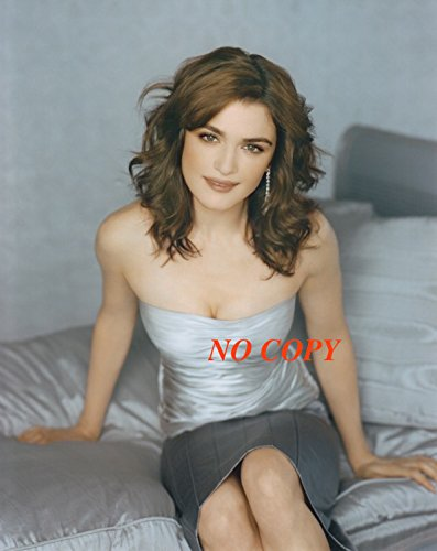 sp:大きな写真、レイチェル・ワイズ、ベッドに腰掛けて