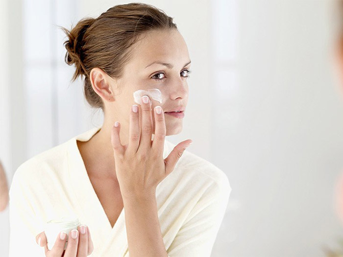 apply cream or moisturizer to itchy skin