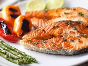 كيف تقلى الأسماك الحمراء أن تكون لذيذ والعصير؟