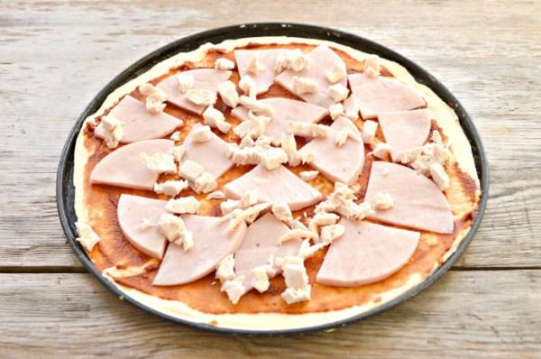 Домашняя пицца с колбасой из бездрожжевого теста как