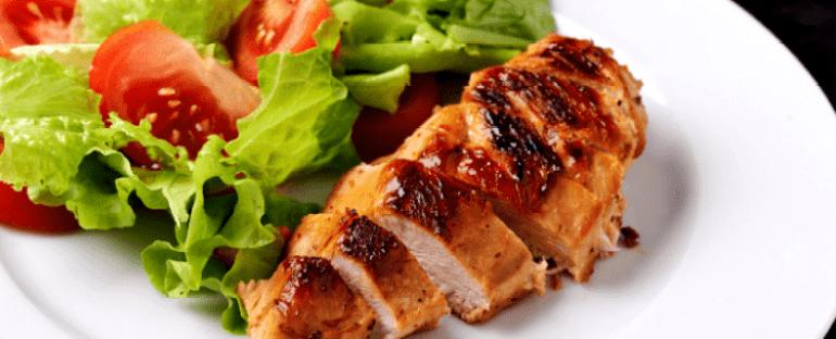 жареное филе курицы на сковородке