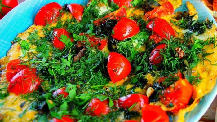 Омлет со шпинатом и помидорами.