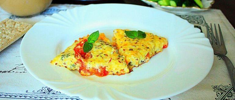 Омлет с помидорами и сыром на сковороде.