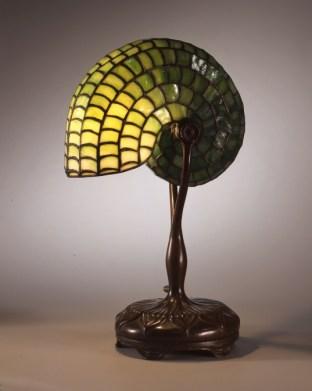 Louis Comfot Tiffany, Lámpara de mesa, diseño Nautilus no.400, Tiffany Glass and Decorating Company, Nueva York, 1892–1900.