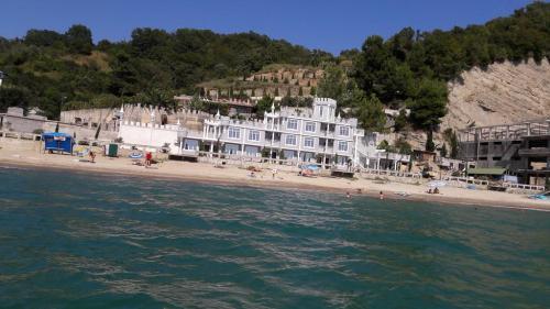 Отель Мраморный замок на берегу моря Пицунды