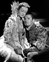Bette Davis and Errol Flynn in The Private Lives of Elizabeth and Essex, 1939 (PD image, Wikimedia Commons)