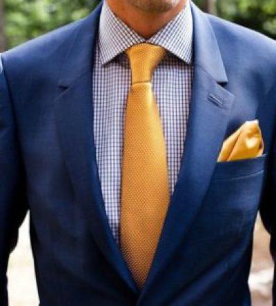 costume bleu et cravate à pois