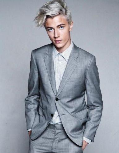 homme costume gris couleur de peau pale