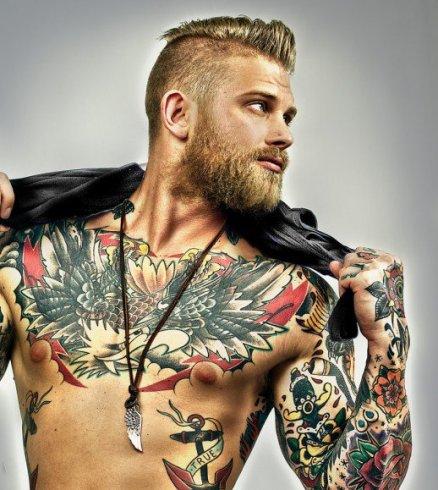 choisir de se faire un tatouage sur le torse