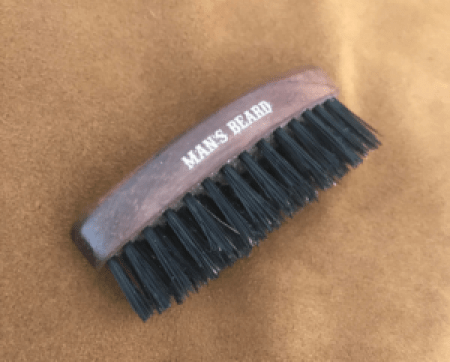 accélérer la pousse de la barbe avec une brosse