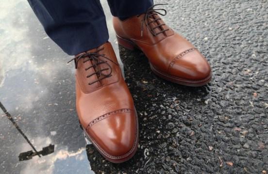 la chaussure de ville fait partie des essentiels du vestiaire masculin