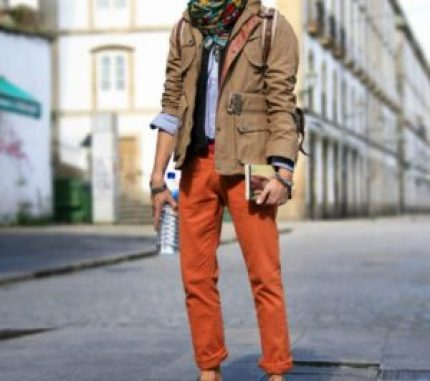 quels sont les essentiels du vestiaire masculin ? chino orange homme