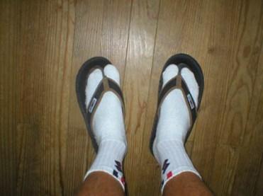 10 faux pas à éviter à absolument quand on est un homme la tong avec des chaussettes