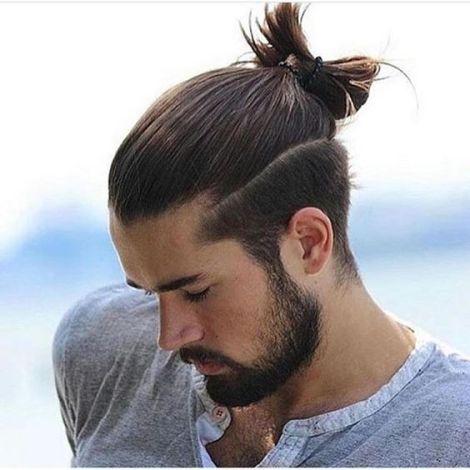 coupes de cheveux tendance pour homme chignon coté rasé