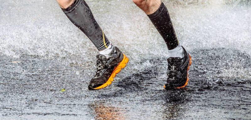 homme running dans une flaque d'eau