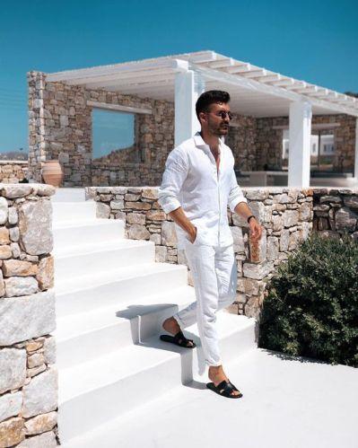 Tenue en lin blanc avec sandales ouvertes