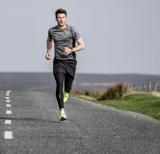 homme qui court sur une route