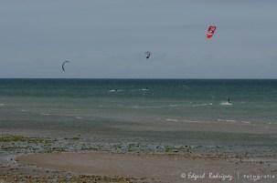 Kitesurfers en la playa de Worthing.