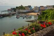 Bellos jardines adornan todo el pueblo. Aquí el puerto en marea alta.