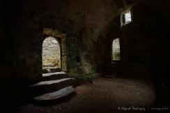Saint Govan Chappel. La puerta de la derecha lleva hacia la grieta donde vivió el monje, que se suponía era uno de los caballeros del Rey Arturo.