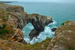 """""""The Green Bridge of Wales"""". Traducción: El Puente Verde de Gales. Un nombre algo extraño para este arco natural."""