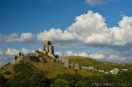 El castillo/fortaleza visto desde el Oeste sobre las Purbeck Hills.