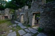 Frances leyendo en una placa conmemorativa en la pared externa de esta casa, que alguna vez acogieron habitantes del pueblo.