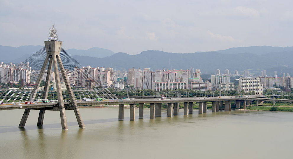 A picture showing the Olympic Bridge crossing the Han River in Seoul, South Korea.