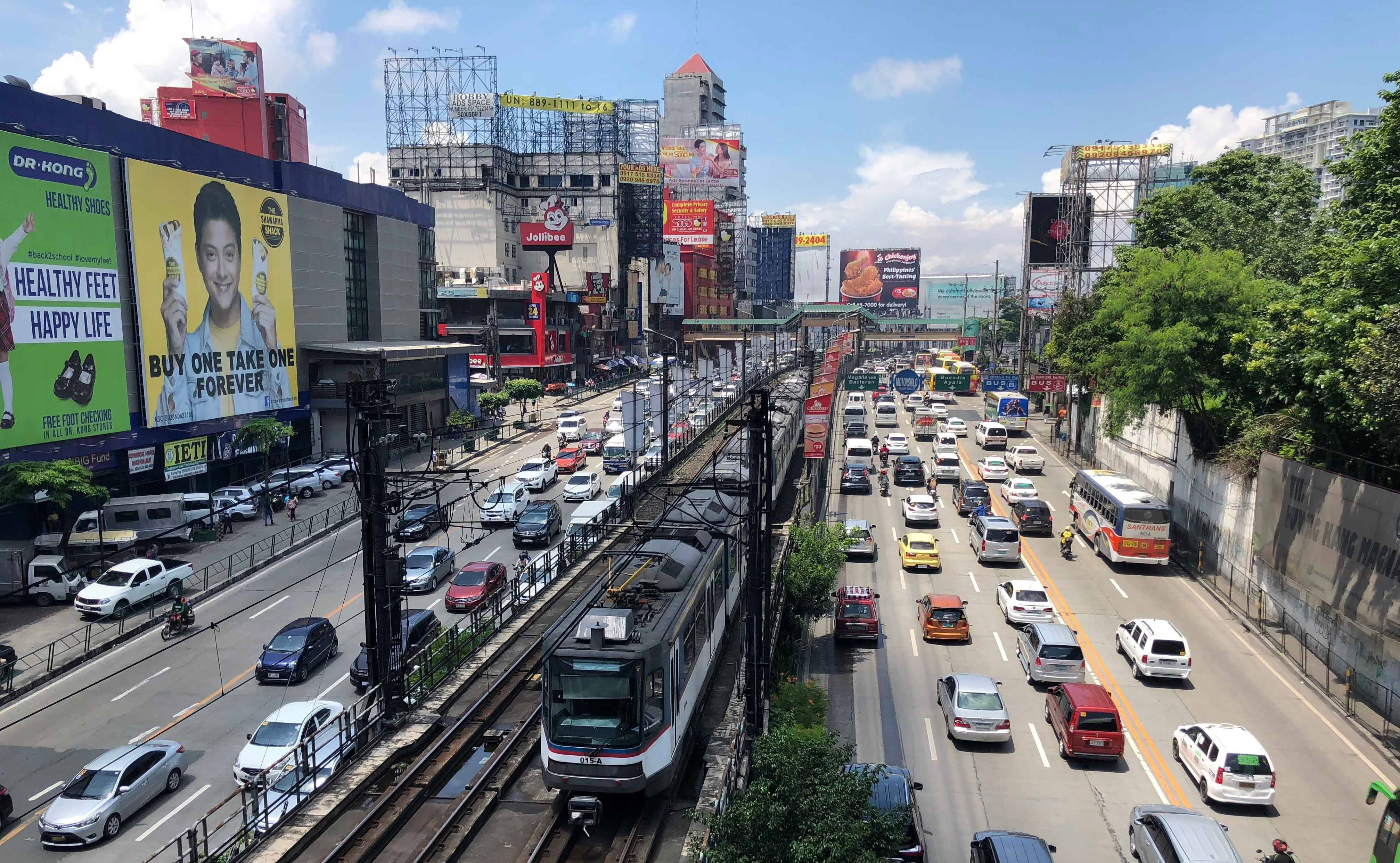Photo of a highway and urban metro line in Manila.