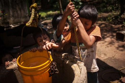 Children from Linda Vista are drawing water from their well. Since the settlement has no access to water supply, they use the water from the well in the background for cleaning, personal hygiene and cooking. Until now, no investigation has been carried out by the local authorities to determine the grade of pollution of the water, but due to the proximity to the rubbish dump, it is expected to contain toxic elements, which, according to local activists are unloaded by corporations in the rubbish dump.