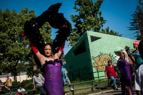 """Transformistas se reúnen a diario en la Plaza O'higgins para realizar sus shows con el fin de recaudar dinero, además de mostrar sus expresiones artísticas. Valparaíso. Transgender artists meeting before street performance in the Plaza O""""Higgins, Valparaiso, Chile"""