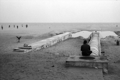 White waters<br /> During the day, along the sea side, football offers hope of social promotion. At the same place, during the night, drugs destroy lives. Far from the beach, whitewashing money from the drug market enrich those at the top of the state.